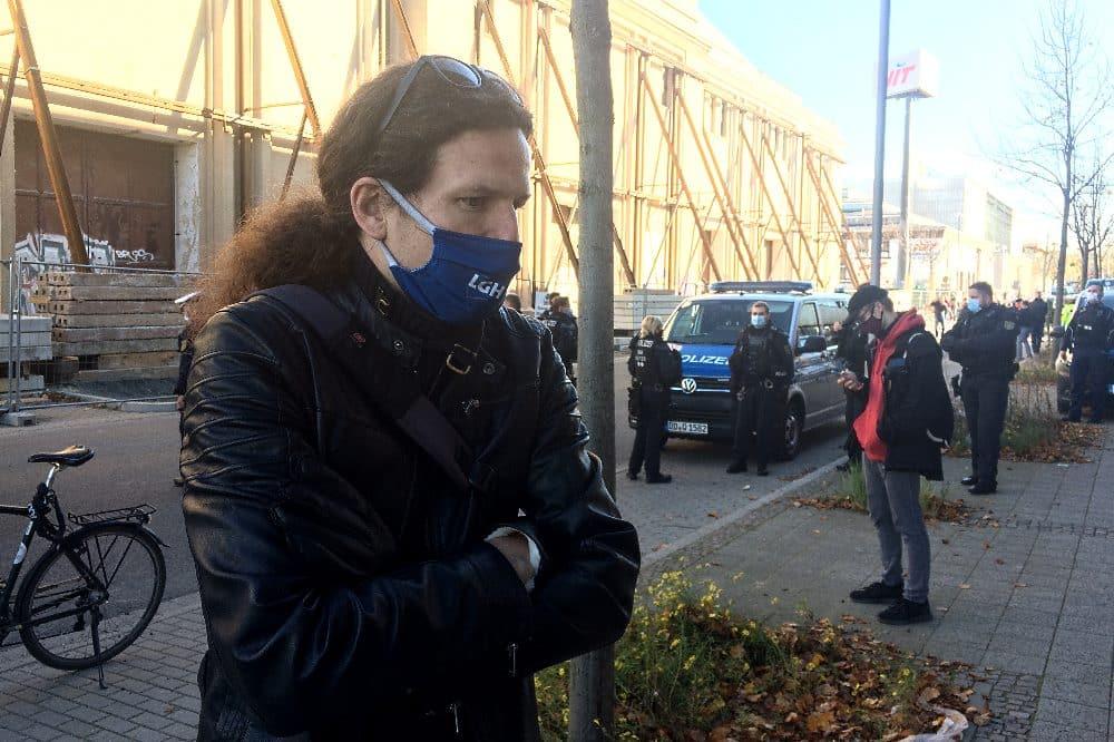 """Jürgen Kasek am 7. November. Im Hintergrund die blockierten """"Querdenker"""". Foto L-IZ.de"""
