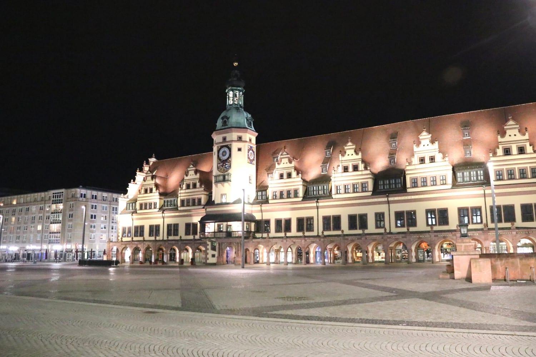 Leipziger/-innen dürfen bald wieder nachts unterwegs sein. Leipzigs Marktplatz im Lockdown, 20 Uhr. Foto: LZ