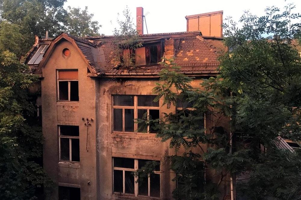 """Ein """"vergessenes Haus"""" im Innenhof Raimundstr. Ecke Karl-Ferlemann-Str. (Innenhof). Foto: Privat"""