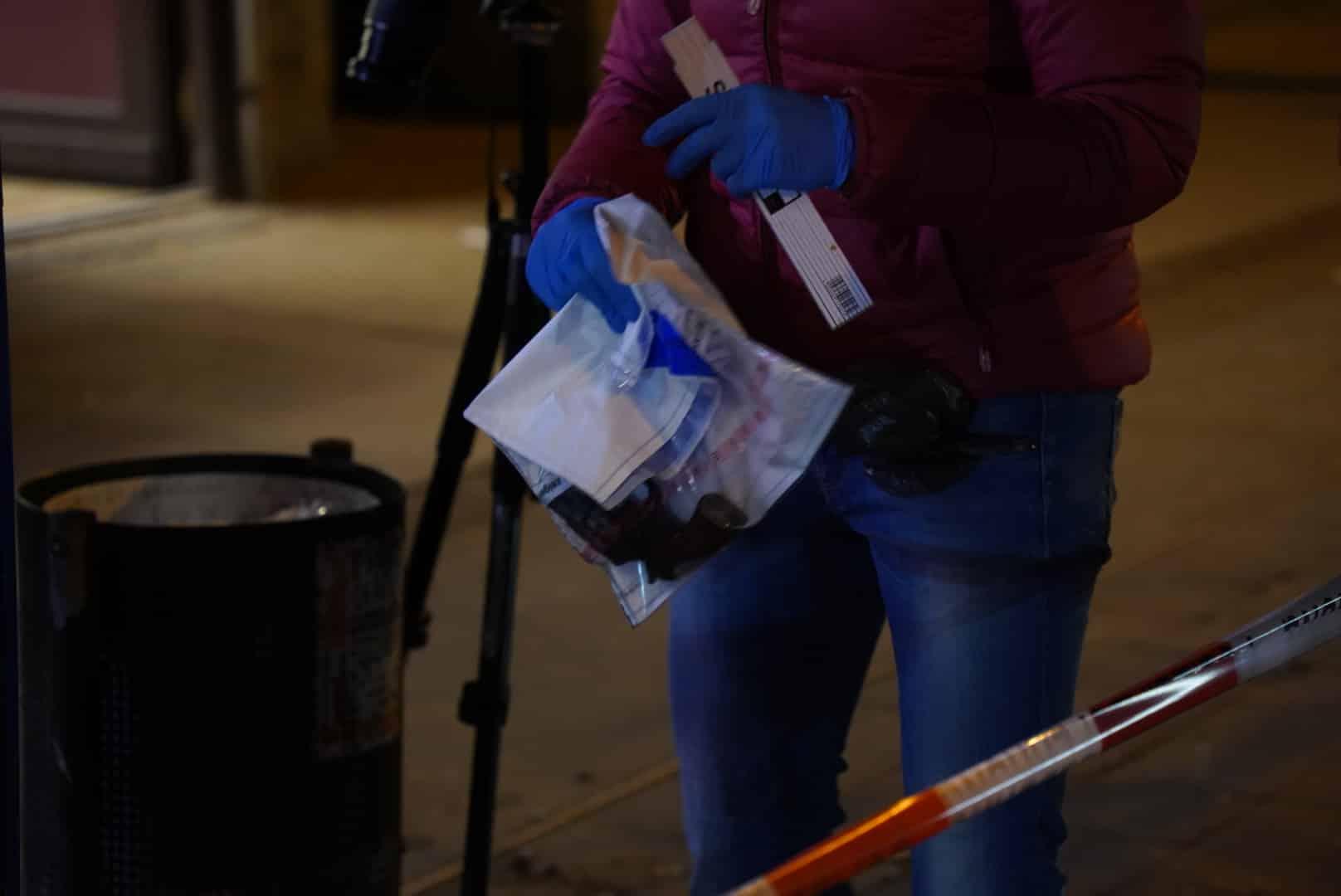 Beamte finden gegen 20 Uhr einen Revolver im Mülleimer. Foto: Tom Richter