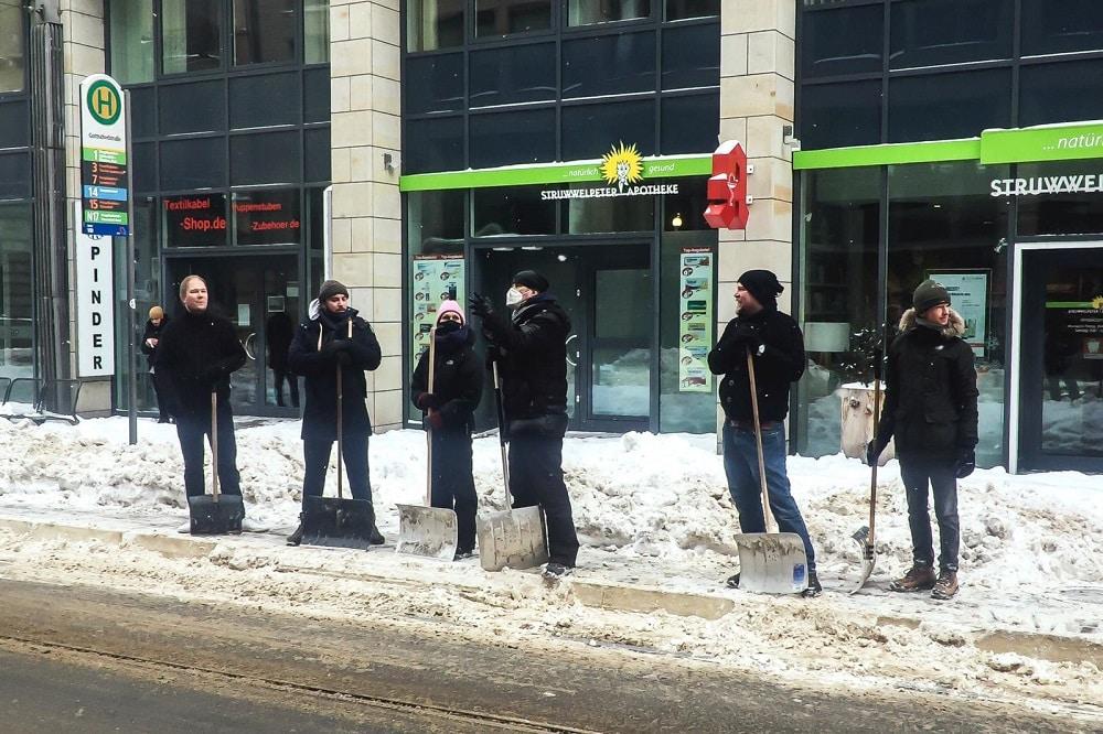 Mitarbeiter/-innen der Vodkaria, der Barcelona und des GreenSoul schippen Schnee in der Gottschedstraße. Foto: privat