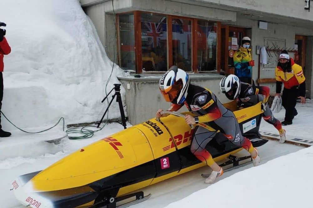 Anne Lobenstein (vorn) mit ihrer Anschieberin Viktoria Dönicke am Start bei der Junioren-WM in St. Moritz. Foto: Wolfgang Hoppe
