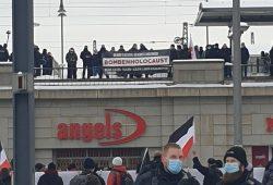 Ein Neonazi-Banner mit der Holocaustverharmlosung in Dresden. Foto: LZ