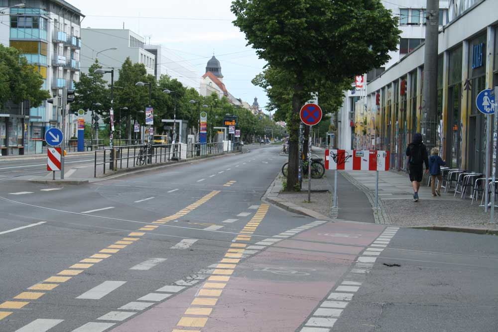 Radweg vorm Rewe: Inzwischen durch eine Bake gesperrt. Foto: Ralf Julke