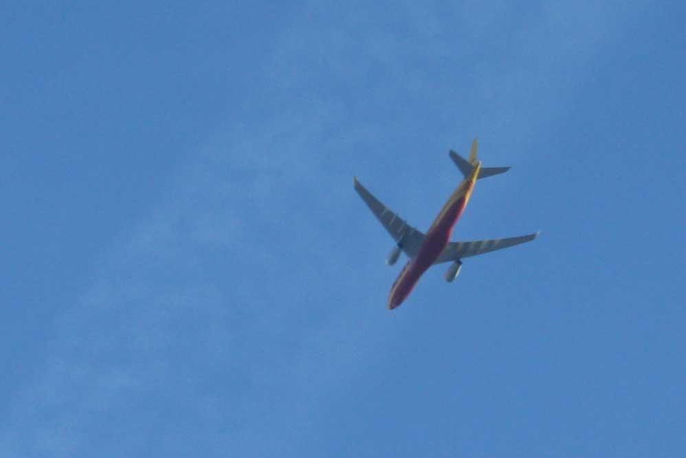 DHL-Frachtflieger über Leipzig. Foto: Ralf Julke