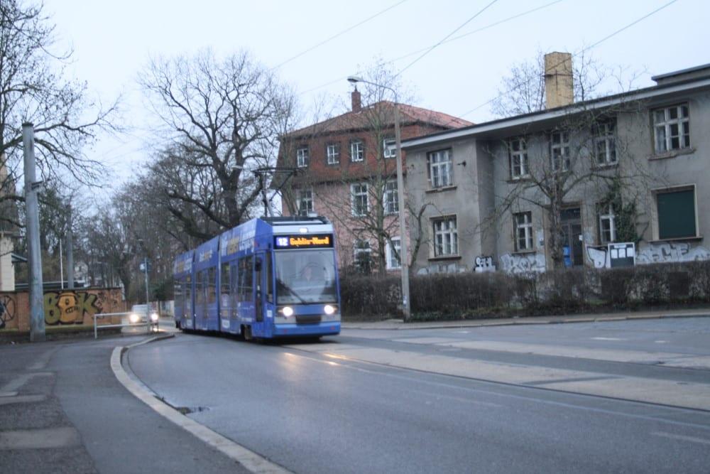 Straßenbahn Linie 12 in der Lützowstraße. Foto: Ralf Julke