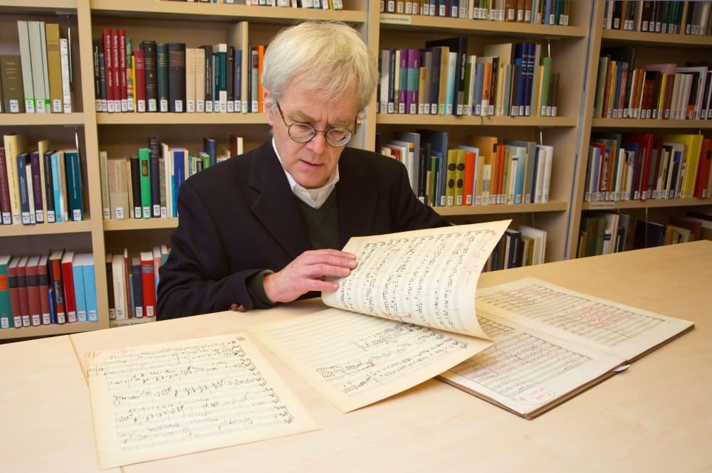 Peter Wollny mit der Neuerwerbung. Foto: Bach-Archiv/Gert Mothes
