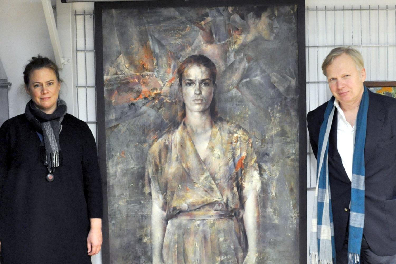 Sammlungskonservatorin Christine Hübner (links) und Kustos Rudolf Hiller von Gaertringen (rechts) zeigen eines der bekanntesten Werke der Sammlung Die nachdenkliche Katharina Witt. Foto: Kustodie