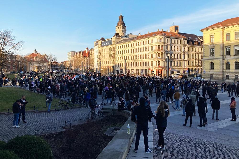Hunderte Demonstrant/-innen versammelten sich zur Abschlusskundgebung