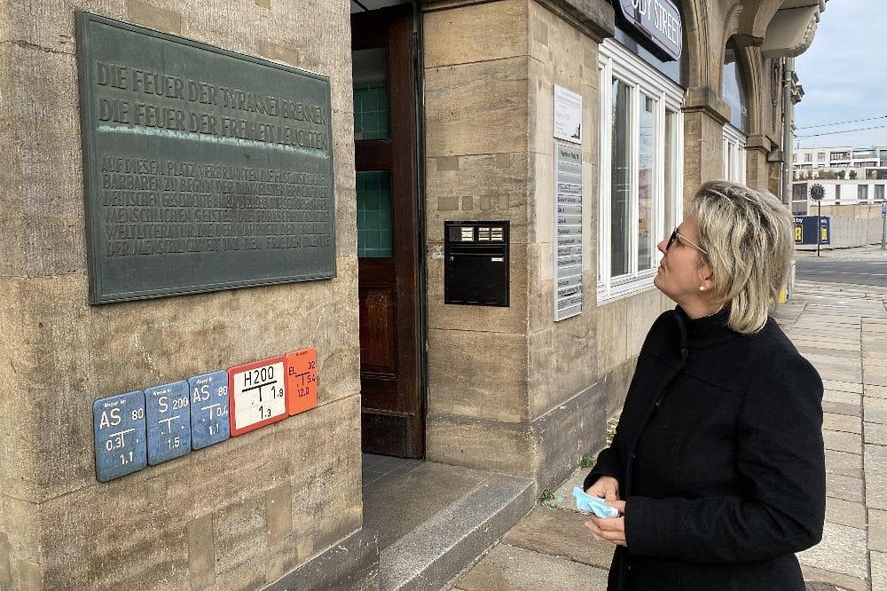 Kulturministerin Barbara Klepsch vor der Gedenktafel zur Erinnerung an die Bücherverbrennung © Sächsische Staatsministerin für Kultur und Tourismus