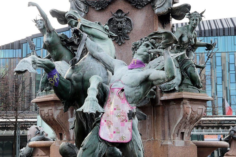 Frauentag 2020 mit Schürze am Mendebrunnen in Leipzig. (Archivbild). Foto: LZ