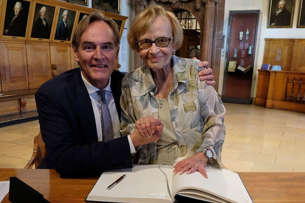 Eva Wechsberg mit Oberbürgermeister Jung im Sommer 2019 im Alten Rathaus. Quelle: Mahmoud Dabdoub