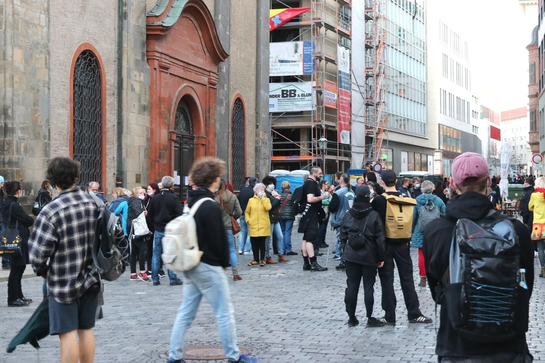 Ein Grüppchen vor der Nikolaikirche. Foto: LZ