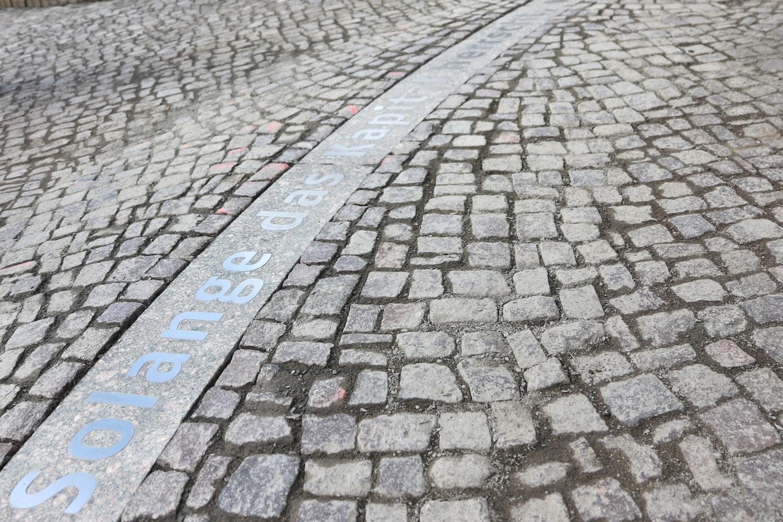 """""""Solange das Kapital herrscht, werden Rüstungen und Kriege nicht aufhören."""" Ein ZItat aus der Rede LUxemburgs im Felsenkeller zum 150. Geburtstag vor dem Eingang eingelassen. Foto: LZ"""