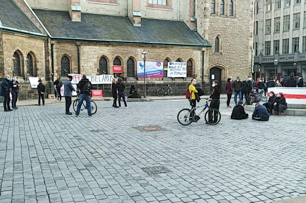 Im Nikolaikirchhof gab es heute Abend gleich mehrere Kundgebungen und Protest-Aktionen. Foto: privat