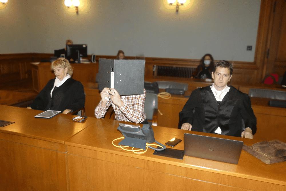 Auf der Anklagebank: Edris Z. (M.) mit seinen Anwälten Georg K. Rebentrost und Petra Costabel beim Prozessbeginn im Oktober 2020. Foto: Lucas Böhme