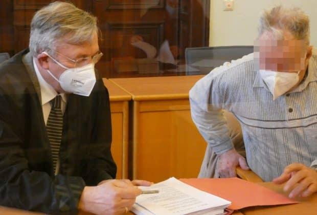 Bernd Rolf G. (71) bespricht sich vor Prozessbeginn mit seinem Verteidiger Malte Heise. Foto: Lucas Böhme