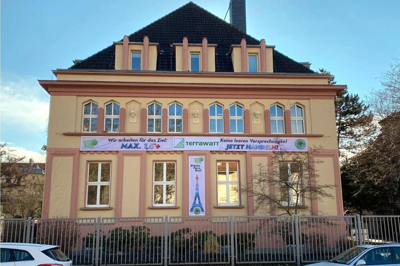 Nicht nur im Zentrum: Auch die Leipziger Firma Terrawatt im Poetenweg unterstützte heute die Fridays for Future Aktionen. Foto: Privat
