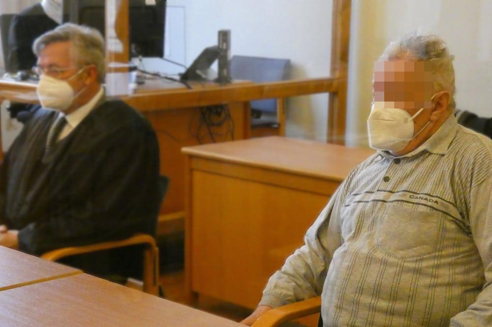 Der Angeklagte (71,r.) am Montag zum Prozessauftakt. Foto: Lucas Böhme