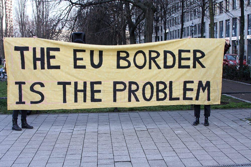 Etwa 100 Menschen trafen sich heute nahe dem Leipziger Hauptbahnhof zu einer Kundgebung gegen die Abschiebungs- und EU-Außenpolitik. Foto: LZ