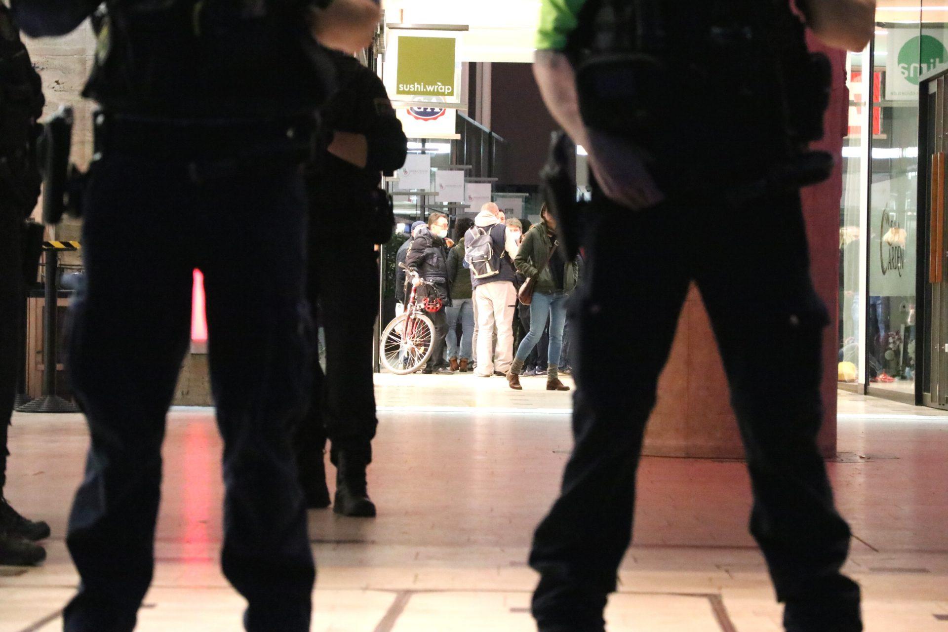 20 Freiheitskämpfer/-innen etwa eine Stunde in der Einkaufspassage vom Gegenprotest eingeschlossen. Foto: LZ
