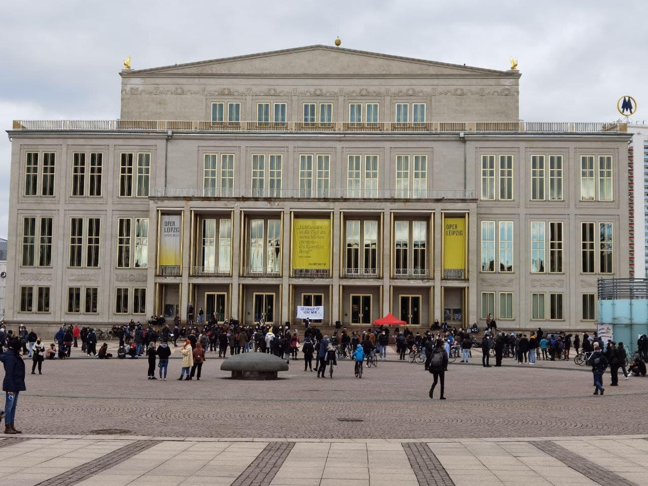Etwa 400 Teilnehmer/-innen bei der Feminismus-Demonstration vor der Oper. Foto: Tilly Domian