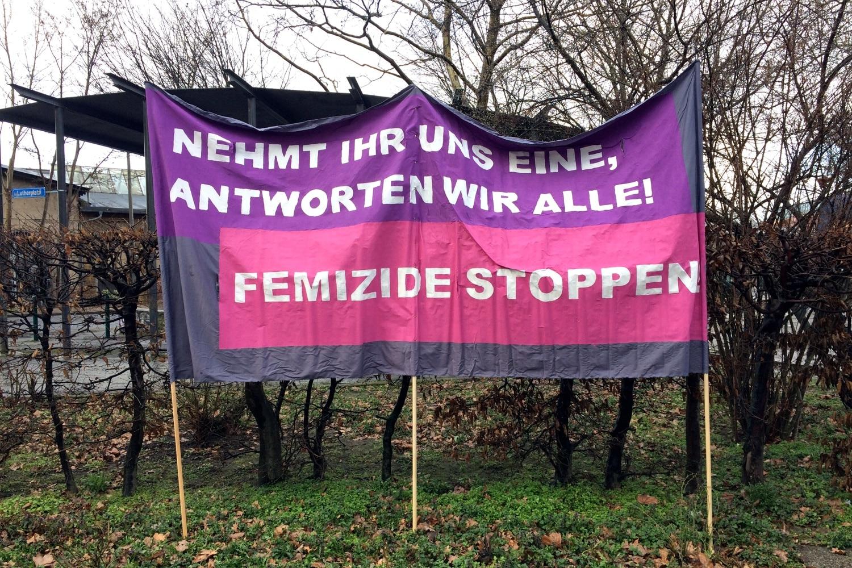 Mit einer Kundgebung im Leipziger Osten wurde an den Tod einer jungen Frau vor einem Jahr erinnert und ein Zeichen gegen Gewalt an Frauen gesetzt. Foto: LZ