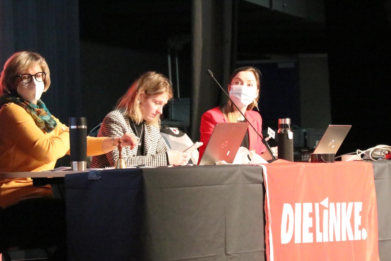 """Die Wahlleitung Ines Gläsel, Franziska Riekewald und Olga Naumov im """"Haus Leipzig"""". Foto: LZ"""