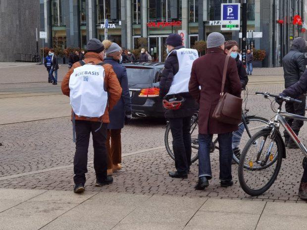 """Immer in der Nähe, wenn Schwurbel-Alarm ist - die neue Querdenker-Partei """"die Basis"""" ist auf dem Augustusplatz eingetroffen. Foto: Tilly Domian"""