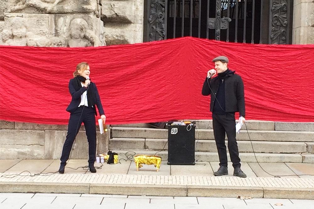 Aktivist/-innen von Extinction Rebellion vergeben Preise für leere Versprechen vor dem Neuen Rathaus. Foto: LZ