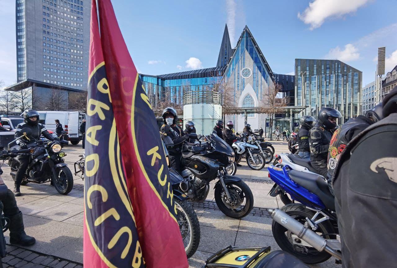 """Kuhle Wampe ist am Augustusplatz eingetroffen, wo die gemeinsame Kundgebung gegen die """"Querdenker"""" stattfinden wird. Foto: Tilly Domian"""