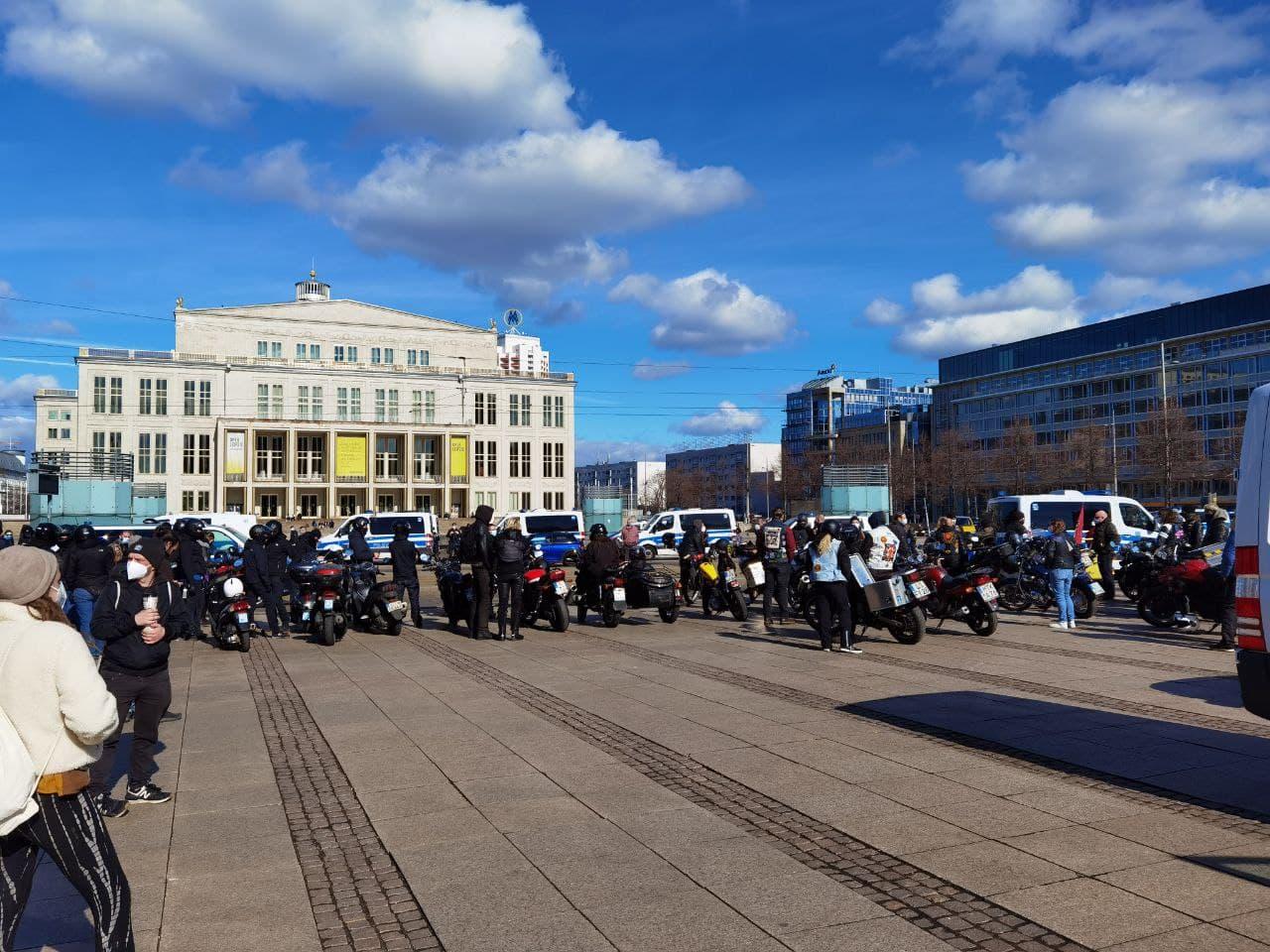 Während Kuhle Wampe schon da ist, macht sich in Lindenau der Rad-Corso auf den Weg. Foto: Tilly Domian