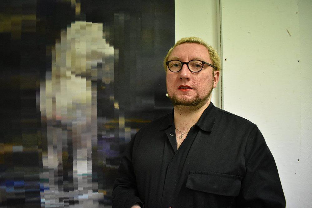 Nils Müller während eines Galeriebesuches. Foto: Lena Inosemzewa