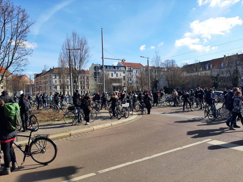 In Leipzig-Lindenau kurz vor dem Start: Etwa 150 Teilnehmerinnen kommen aus dem Westen in die City. Foto: Privat