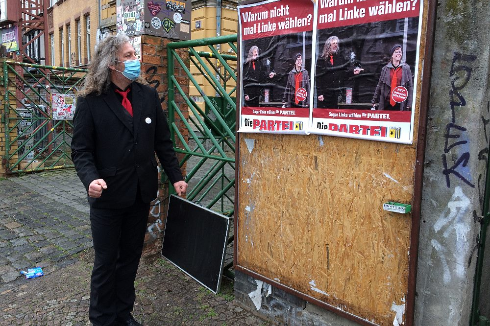 Warben gleich mal für sich am Werks-Tor, STadtrat Thomas Kumbernuß (Die PARTEI) Foto: LZ