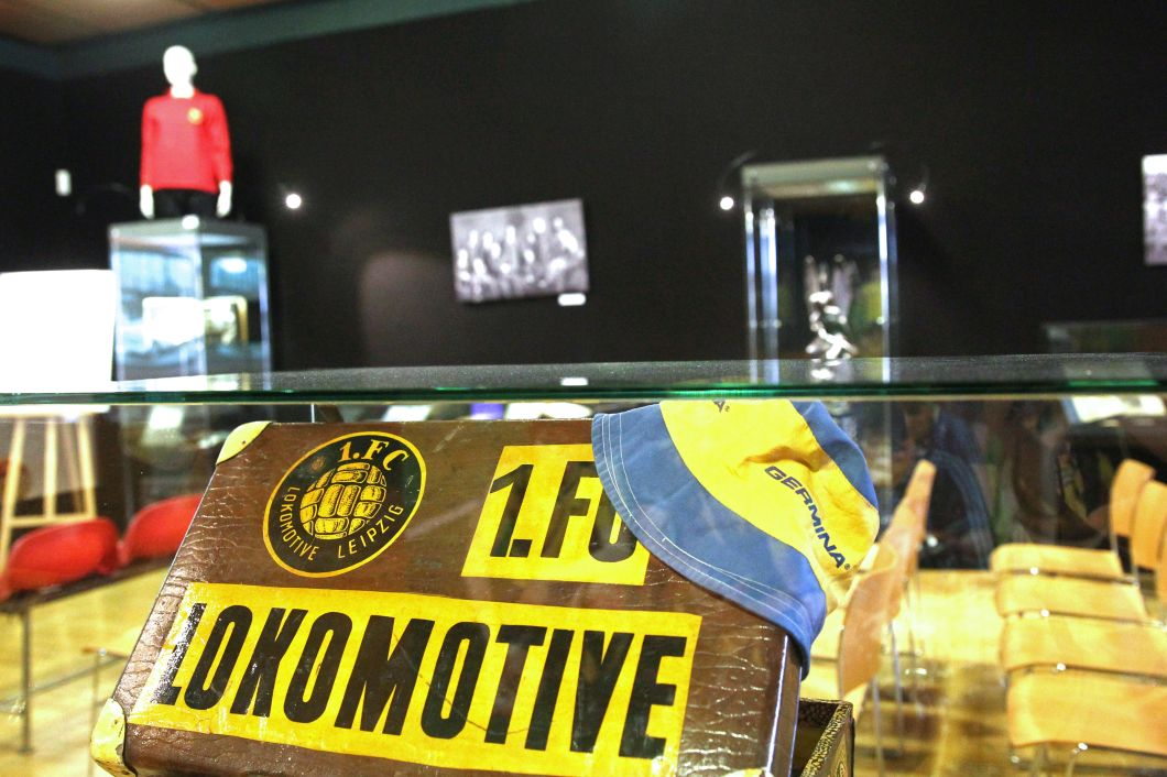 Die Menge an Lok- und VfB-Memorabilien passt schon längst nicht mehr in einen Koffer. Ein Ausstellungsraum wird daher dringend gesucht. Foto: Jan Kaefer (Archiv)
