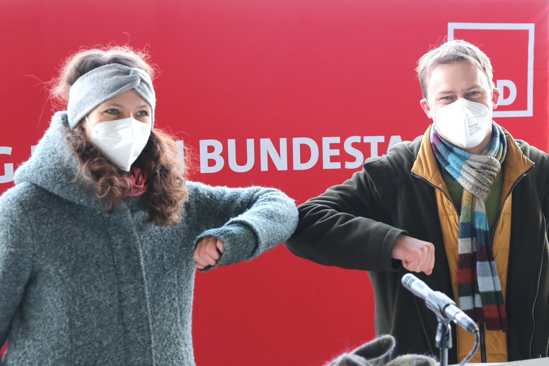 Nadja Sthamer und Holger Mann sind die Direktkandidat/-innen der SPD Leipzig zur Bundestagswahl. Freiwillig nie ohne Maske. Foto: LZ