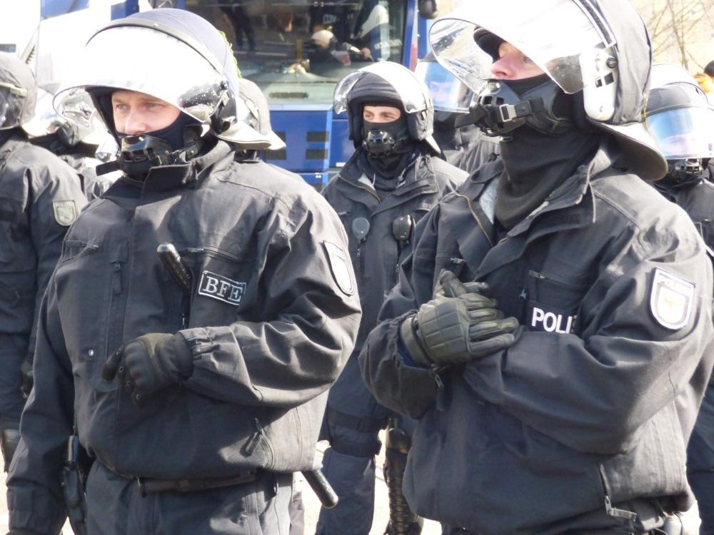Polizeibeamte bei einem Einsatz in Leipzig (Archiv, Symbolbild). Foto: LZ
