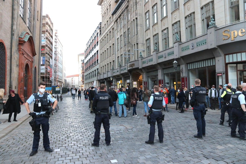 Querdenker mit Masken - die Polizei ist da. Foto: LZ