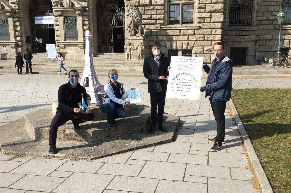 Übergabe Forderungstagel Klimaschutzbündnis Leipzig an Heiko Rosenthal am 24. März 2021 Foto: Sabine Eicker / LZ