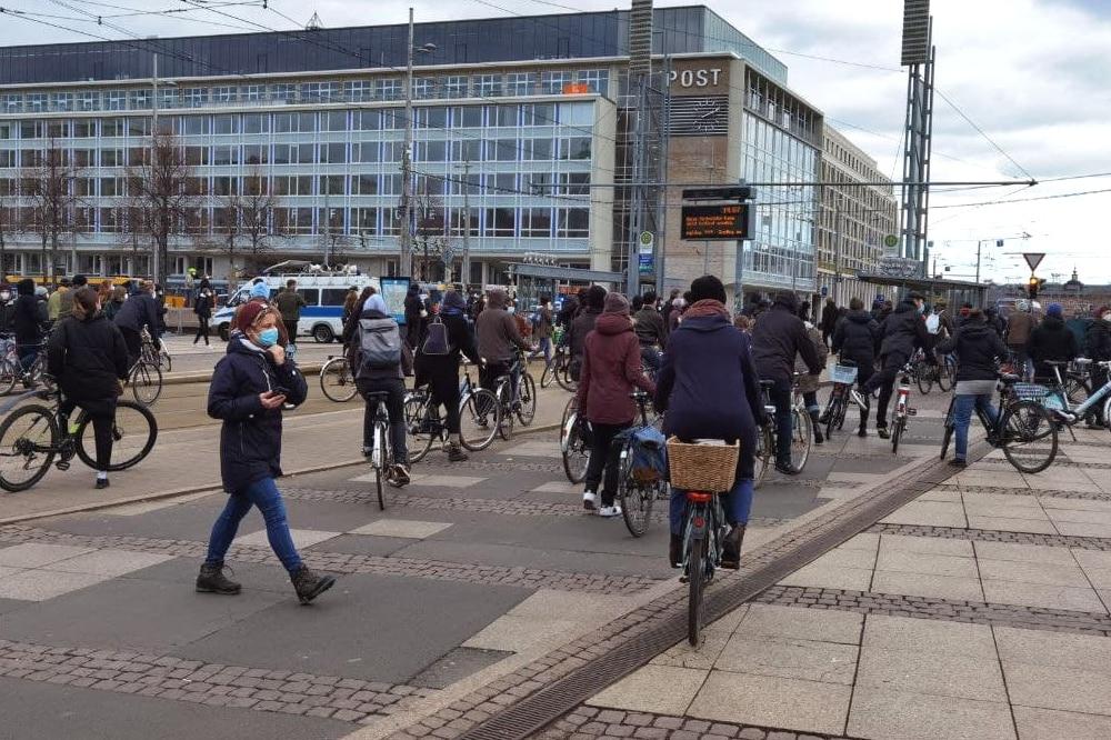 """Viel Bewegung jetzt in Leipzig. Über 2.000 Radler/-innen haben begonnen die Strecken der """"Querdenker"""" zu blockieren. Foto: Tilly Domian"""