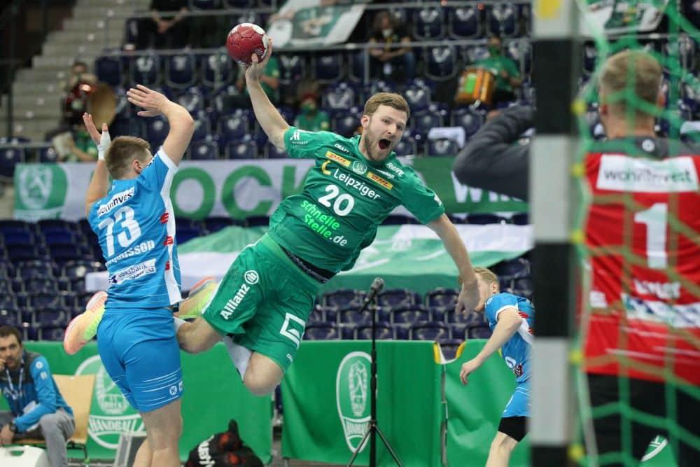 Philipp Weber fliegt auf Nationalteam-Kollegen Johannes Bitter im Stuttgarter Tor zu. Foto: Jan Kaefer