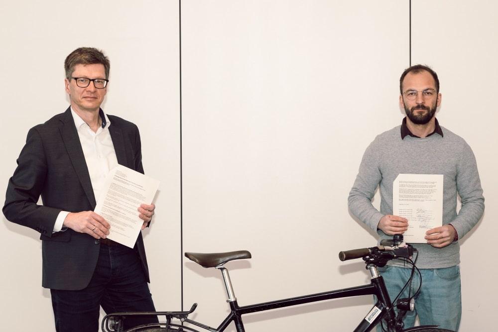Michael Jana, Leiter des Verkehrs- und Tiefbauamtes, und ADFC-Vorsitzender Robert Strehler. Foto: Stadt Leipzig/Roland Quester