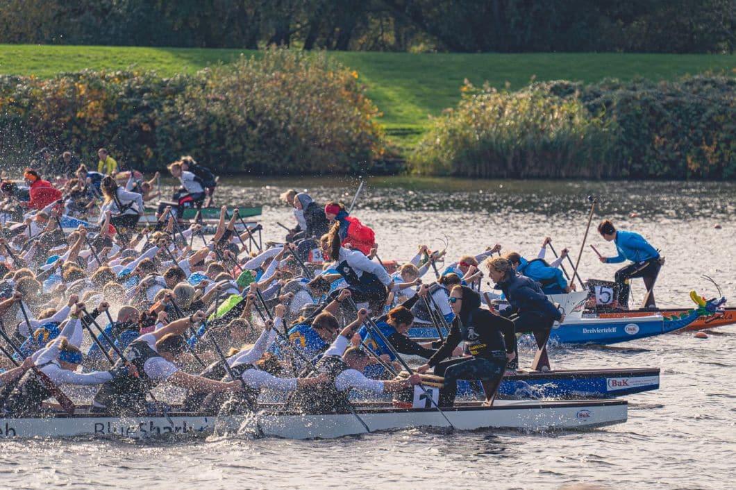 Buntes Gewimmel beim Drachenboot-Rennen. Foto: Wakenitzdrachen