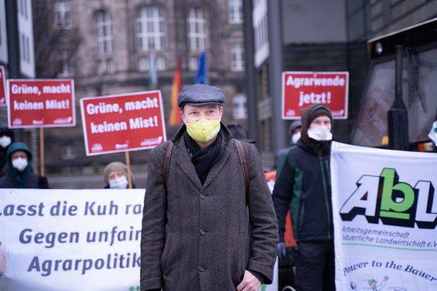 Agrarminister Wolfram Günther bei den Protestierenden vorm Sächsischen Landwirtschaftsministerium. Foto: Ruben Neugebauer / Campact