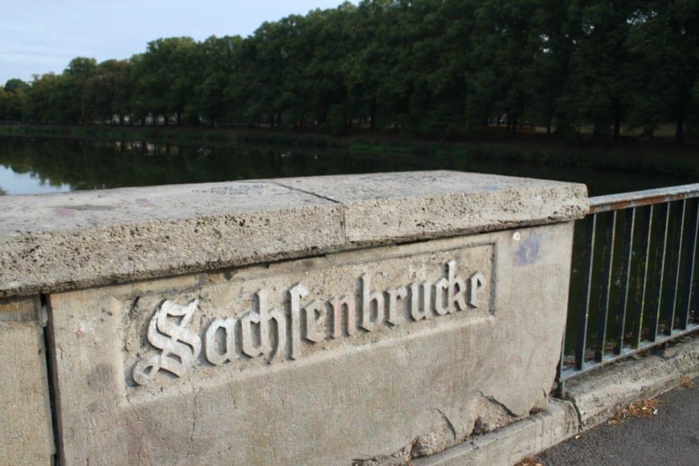 Beliebter Partyort: die Sachsenbrücke. Foto: Ralf Julke