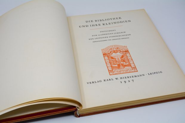 Die Bibliothek und ihre Kleinodien: Festschrift zum 250-jährigen Jubiläum der Leipziger Stadtbibliothek, Verlag Karl W. Hiersemann, Leipzig, 1927. Foto: Laura Stein