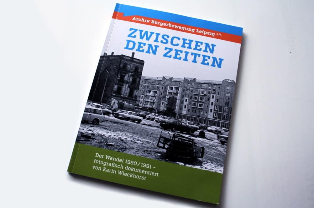Uwe Schwabe, Saskia Paul (Hrsg.): Zwischen den Zeiten. Foto: Ralf Julke
