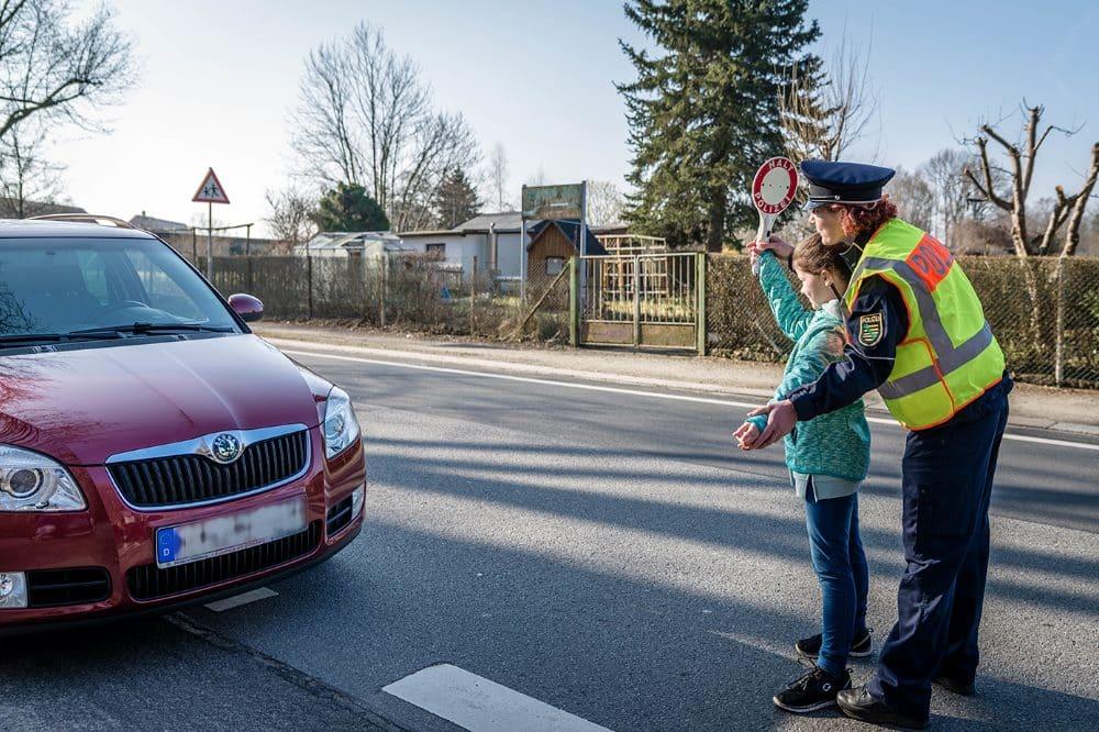 Kinder kontrollieren gemeinsam mit der Polizei © Polizei Sachsen / Philipp Thomas