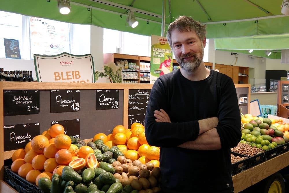 Lebensmittelrettung beginnt für Malte Reupert mit der Wahrnehmung der eigenen Verantwortung – als Händler wie als Kunde. © Biomare